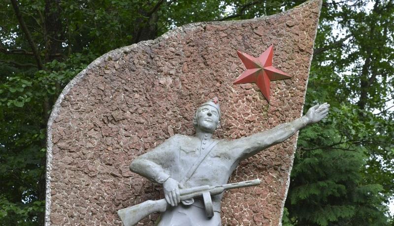 Sto lat po rewolucji – komunizacja bis kontra dekomunizacja