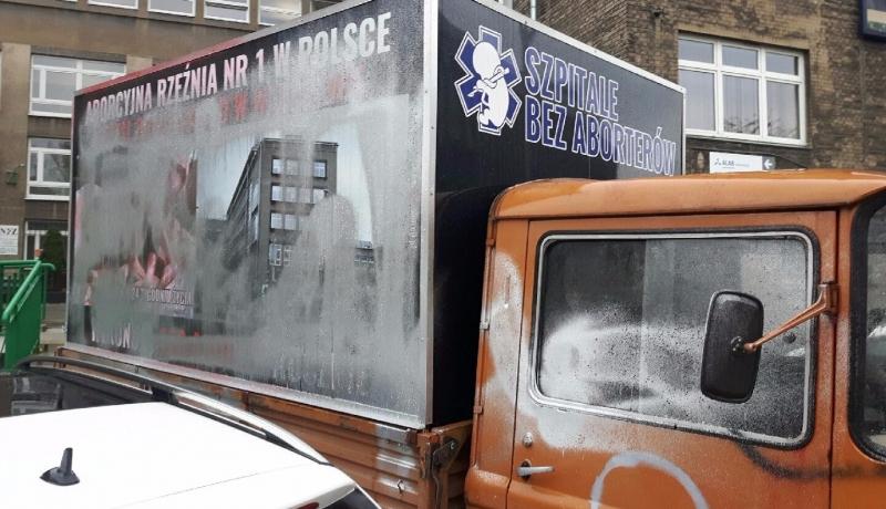 Wstrząsająca prawda o aborcji kłuje w oczy! Antyaborcyjne samochody ponownie zniszczone