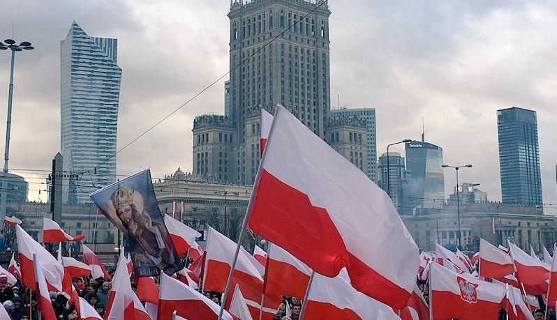 Żydowski tygodnik straszy Polską. Porównuje Marsz Niepodległości do pochodów Ku-Klux-Klanu