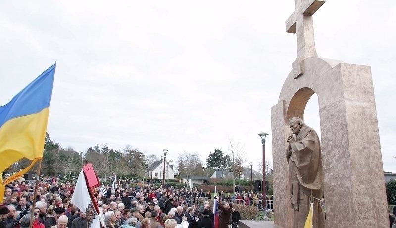 """To oni chcą usunięcia krzyża z papieskiego pomnika! Kim są francuscy """"wolnomyśliciele""""?"""