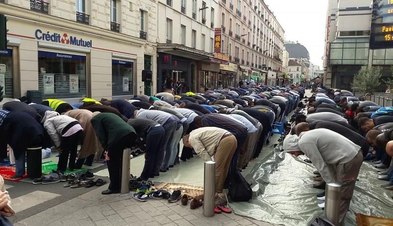 Szef francuskiego MSW zapowiada walkę z muzułmańskimi modłami na ulicach