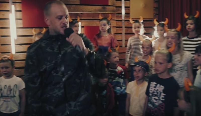 Wstrząsające! Satanizacja dzieci w Holandii: muszą śpiewać, że są dziećmi diabła!