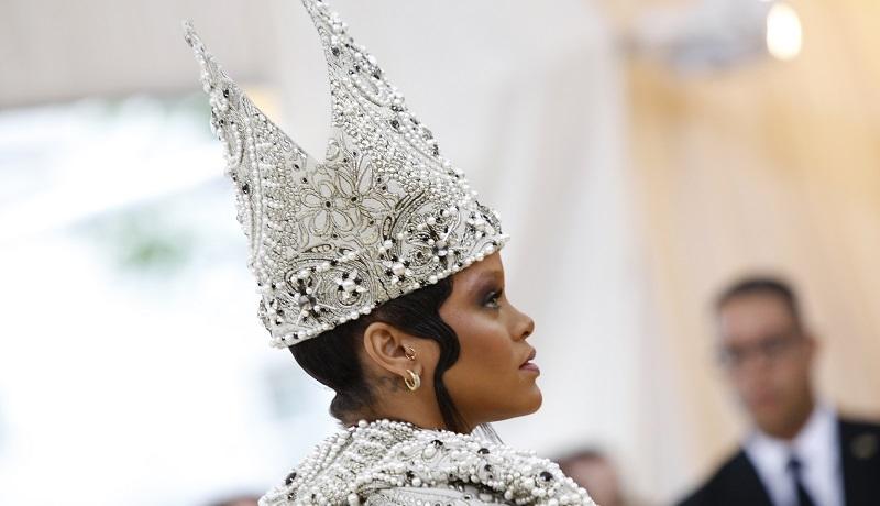"""Rihanna w """"papieskiej mitrze"""", wyuzdane towarzystwo, watykańskie szaty. Tak się bawi Hollywood!"""