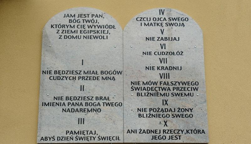 Dekalog na murach szkół. Piękna inicjatywa władz gminy Tuszów Narodowy