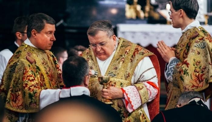 """Kard. Burke odpowiada papieżowi. """"Dubia"""" trafiły do Kongregacji i do papieskiej rezydencji"""