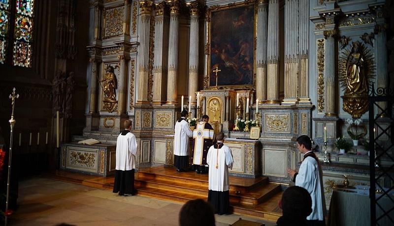 Francja: coraz więcej nowo wyświęcanych kapłanów wywodzi się ze środowisk Tradycji Katolickiej