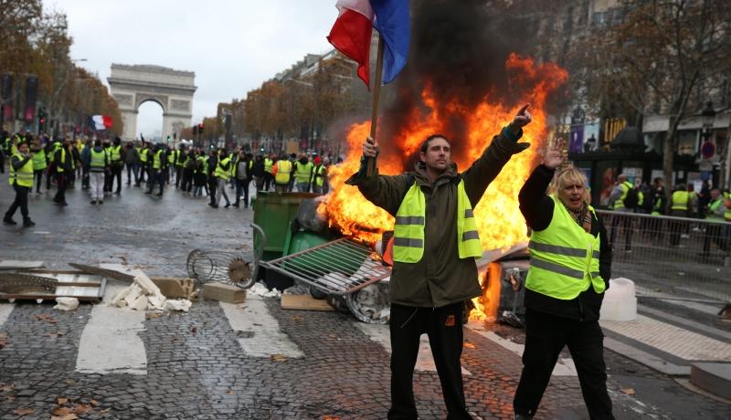 """Burzliwe zamieszki w Paryżu. Policja użyła broni i gazu na proteście """"żółtych kamizelek"""""""